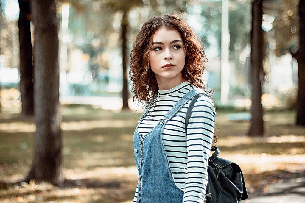 Une jeune fille avec des cheveux bouclés